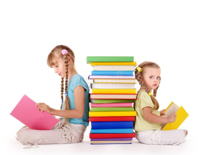 Bambini che leggono pila di libro. immagini stock libere da diritti