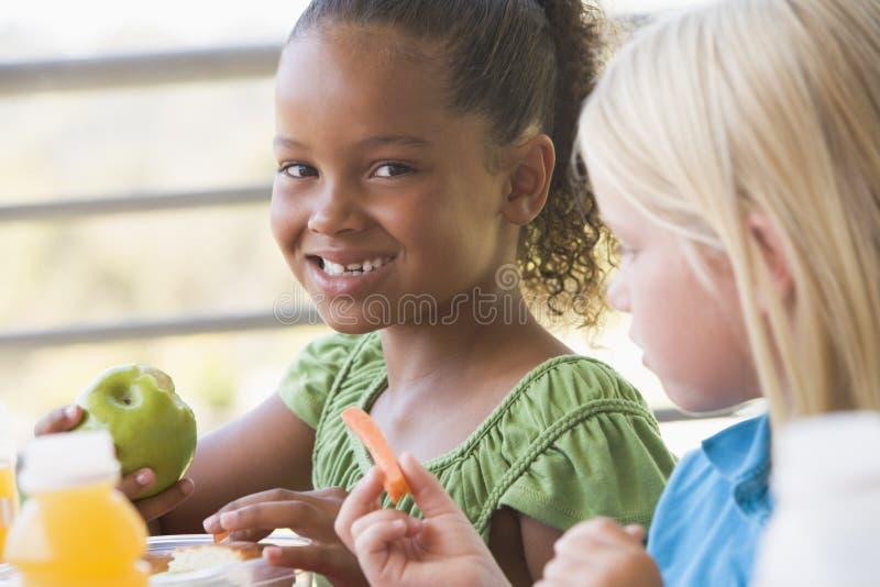bambini che mangiano il pranzo di asilo fotografie stock libere da diritti