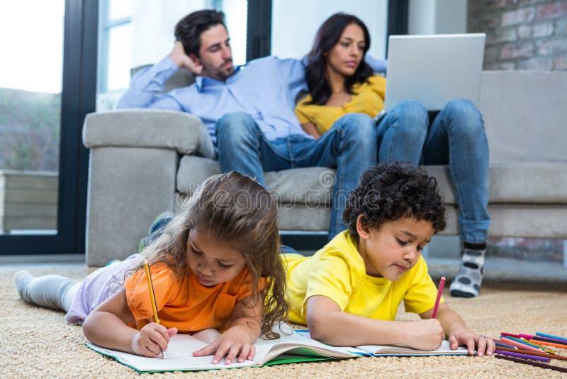 Bambini che mettono sul tappeto che assorbe salone immagini stock