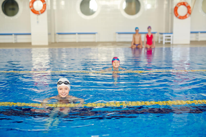 Bambini che nuotano immagine stock