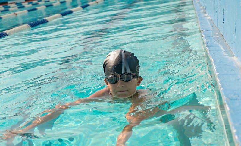 Bambini che nuotano e che giocano in acqua, felicità immagini stock