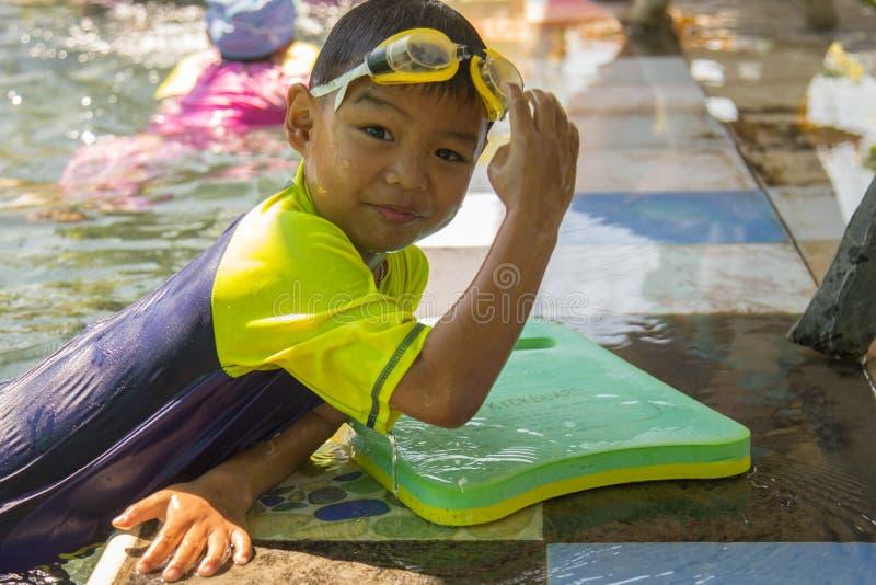 Bambini che nuotano Nuoto di pratica del ragazzo Attività sullo stagno immagine stock
