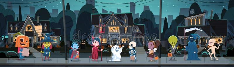 Bambini che portano i costumi dei mostri che camminano nel concetto felice di festa dell'insegna di Halloween di scherzetto o dol illustrazione vettoriale