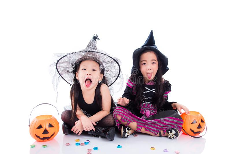 Bambini che portano il costume di Halloween che si siede sul pavimento fotografia stock