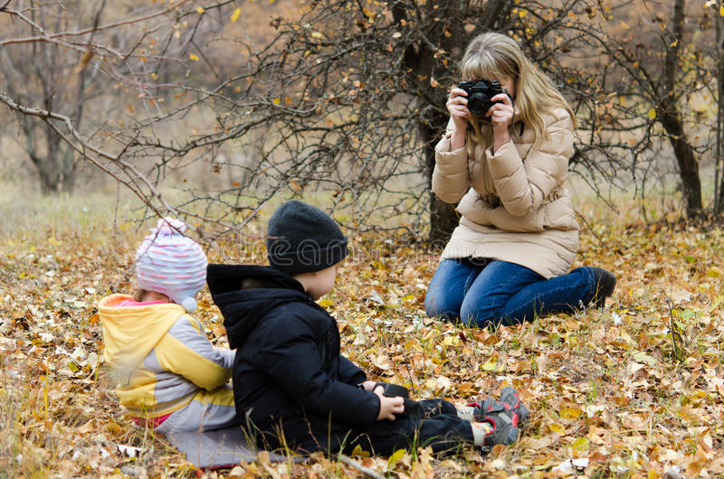 Bambini che posano ragazza immagini stock