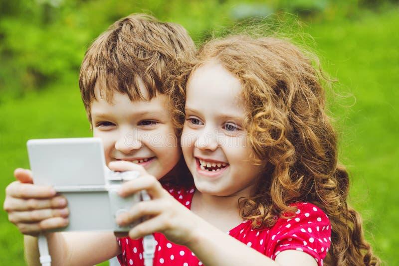 Bambini che prendono selfie con la macchina fotografica della foto fotografie stock