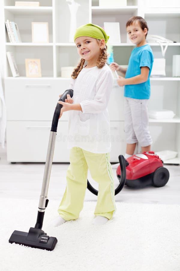 Bambini che puliscono la stanza fotografia stock
