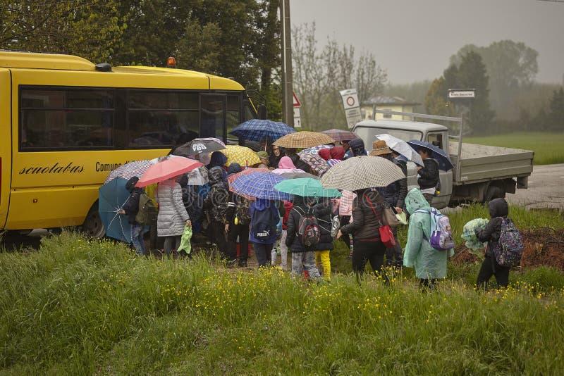 Bambini che salgono lo scuolabus fotografia stock libera da diritti