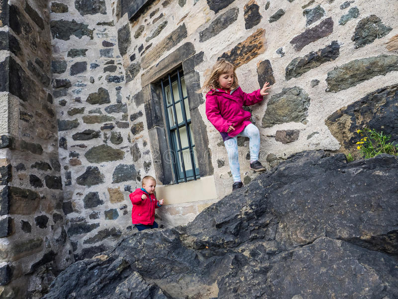 Bambini che scalano al castello fotografia stock