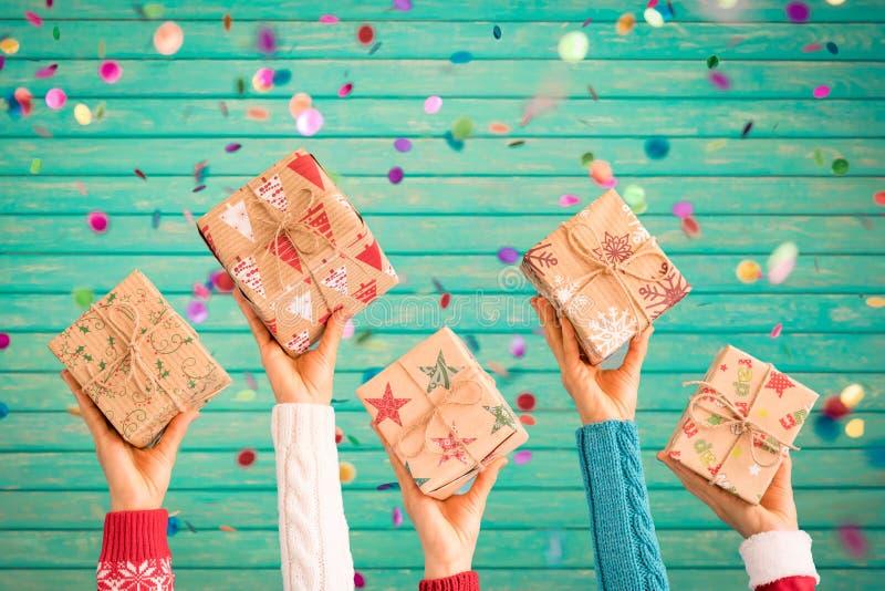 Bambini che tengono i contenitori di regalo di Natale immagini stock
