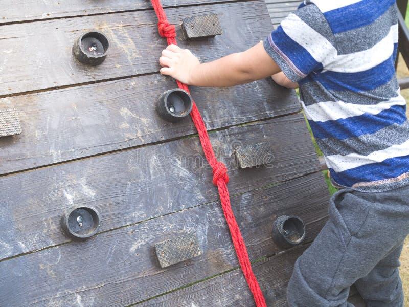 Bambini che tengono la corda alla vongola sulla collina dei bambini immagini stock
