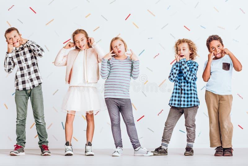 Bambini che tirano i fronti immagine stock