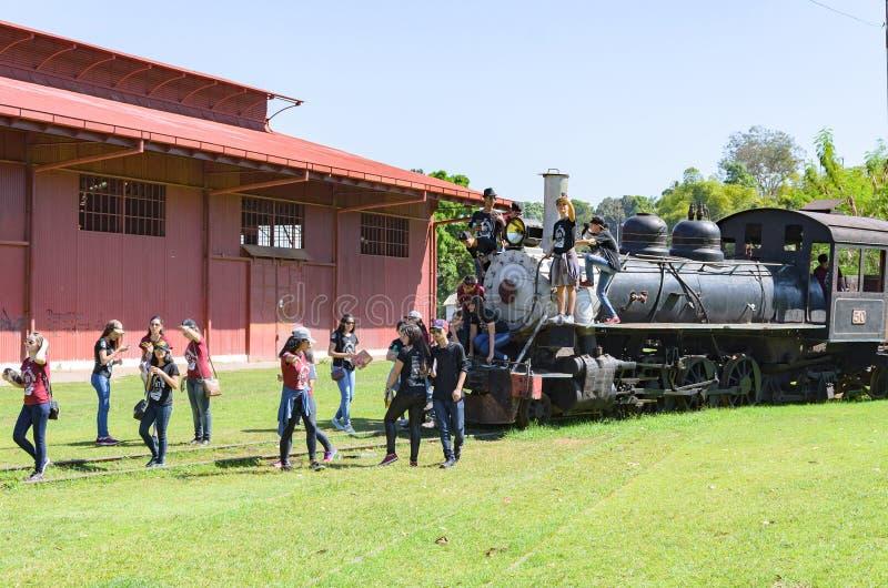 Bambini che visitano il museo Estrada de Ferro Madera-M. dell'aria aperta immagine stock