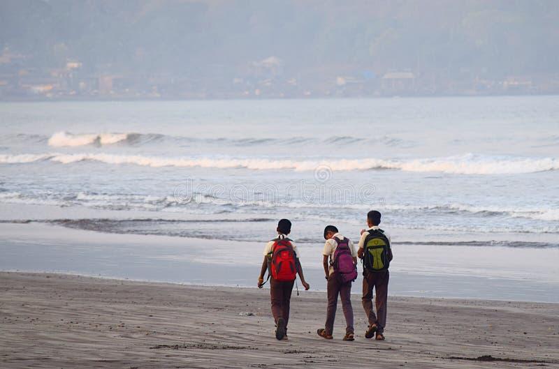 Bambini con andare a scuola delle borse fotografia stock libera da diritti