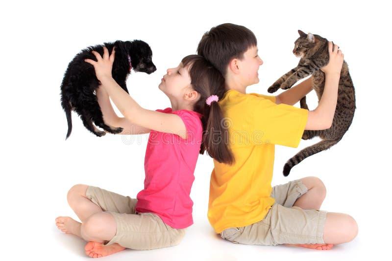 Bambini con gli animali domestici della famiglia immagine stock libera da diritti