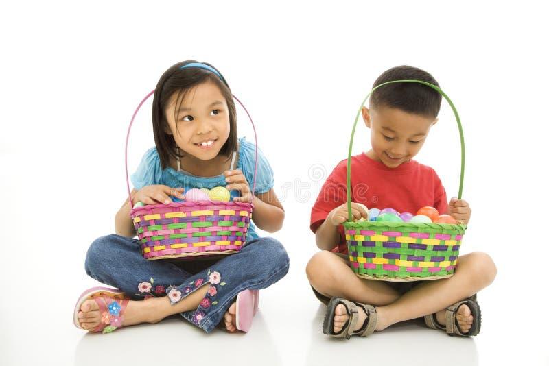 Bambini con i cestini di Pasqua. immagine stock libera da diritti