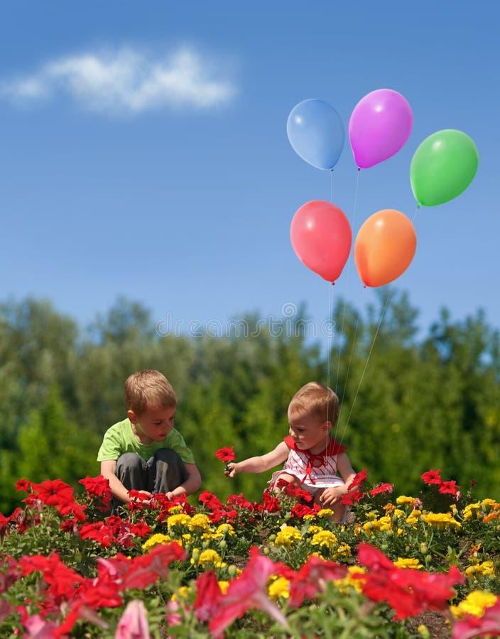 Bambini con i fiori ed il collage degli aerostati fotografia stock libera da diritti