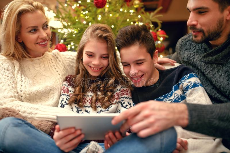 Bambini con i genitori sul divertiresi di festa di Natale immagine stock
