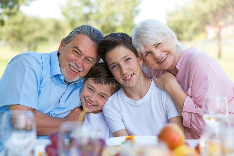 Bambini con i nonni immagine stock