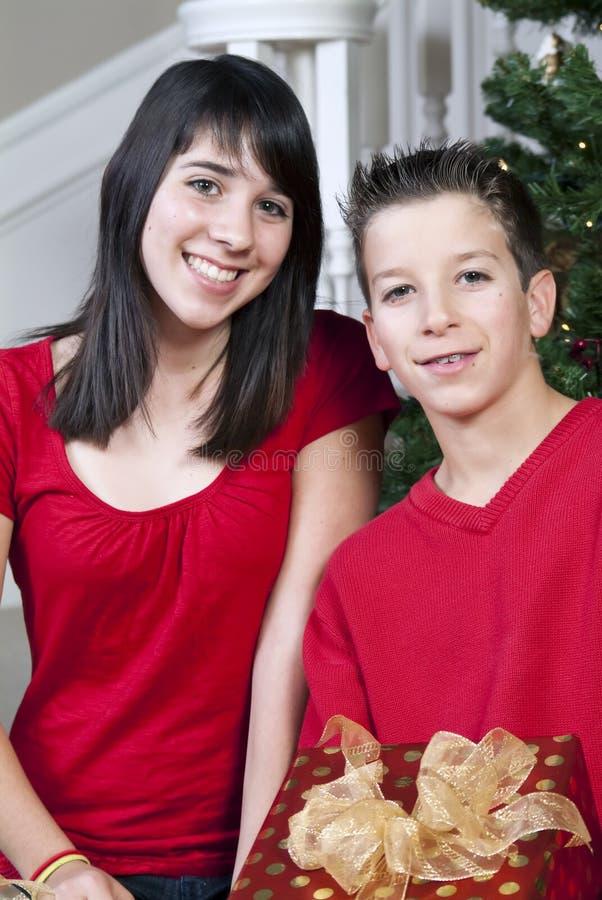 Download Bambini con i regali immagine stock. Immagine di siblings - 7318331