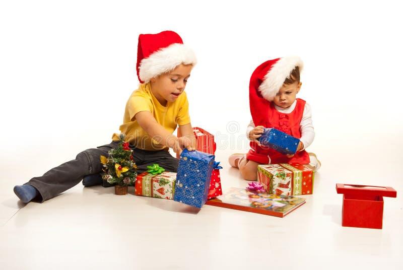 Bambini con i regali di natale immagini stock