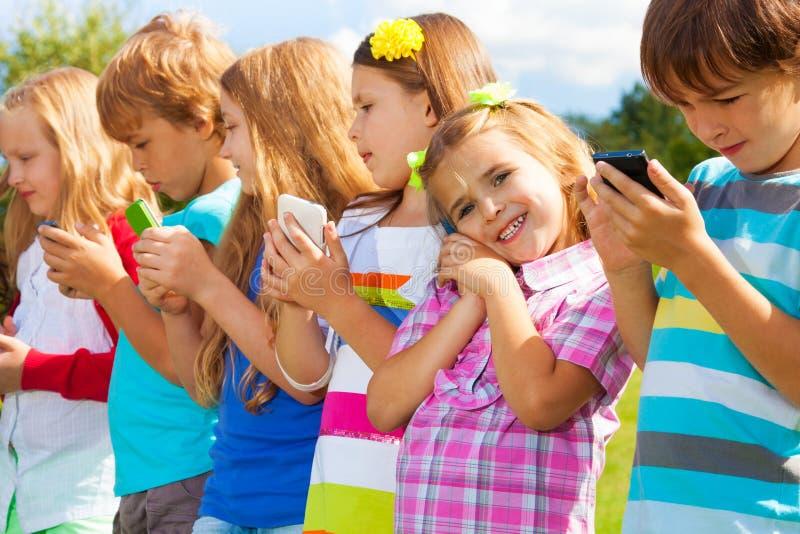 Bambini con i telefoni fotografia stock libera da diritti