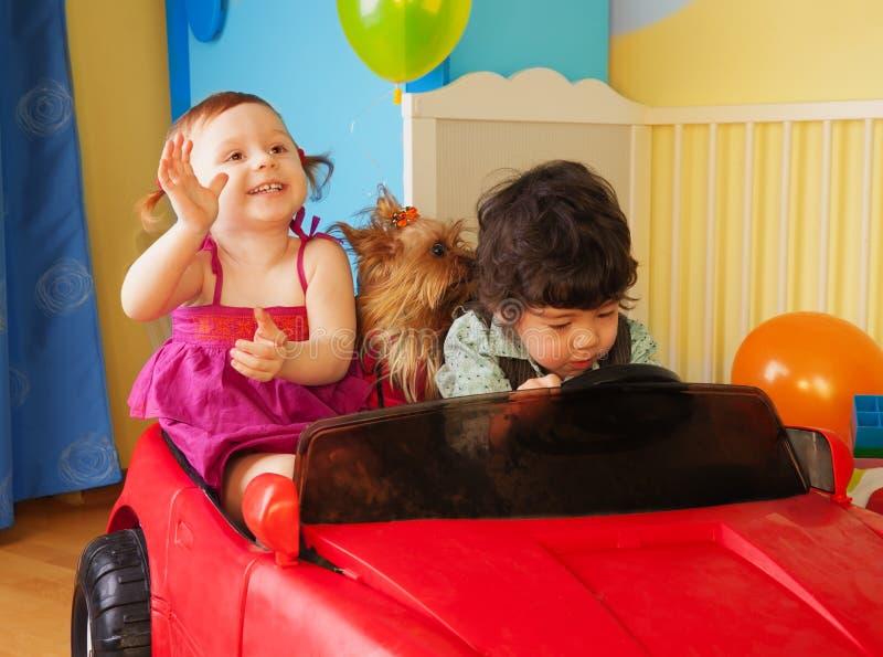 Bambini con il cane nell'automobile fotografia stock libera da diritti