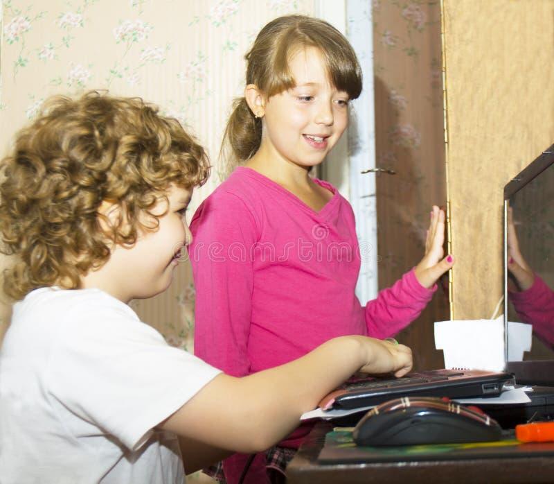 Bambini con il computer fotografia stock