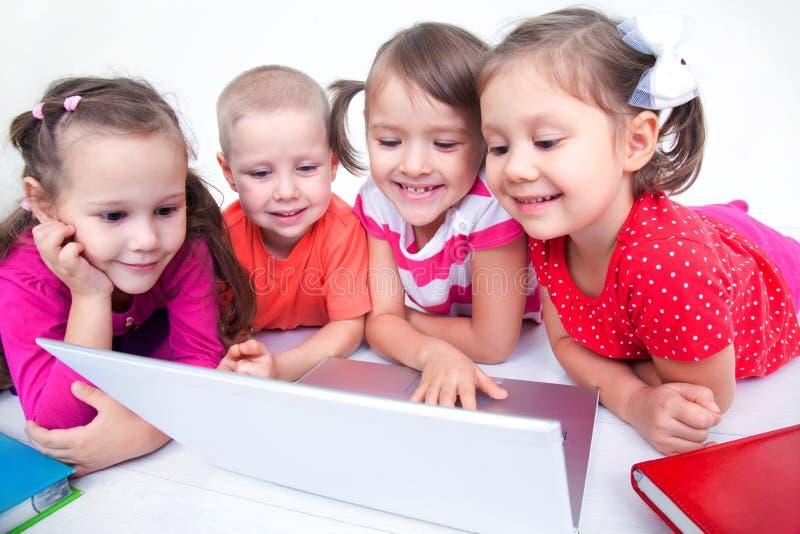 Bambini con il computer portatile fotografia stock