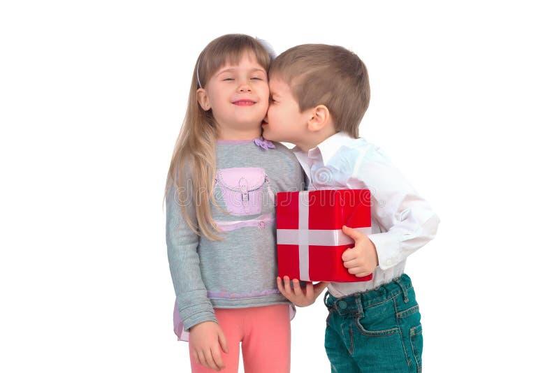 Bambini con il contenitore di regalo fotografia stock libera da diritti
