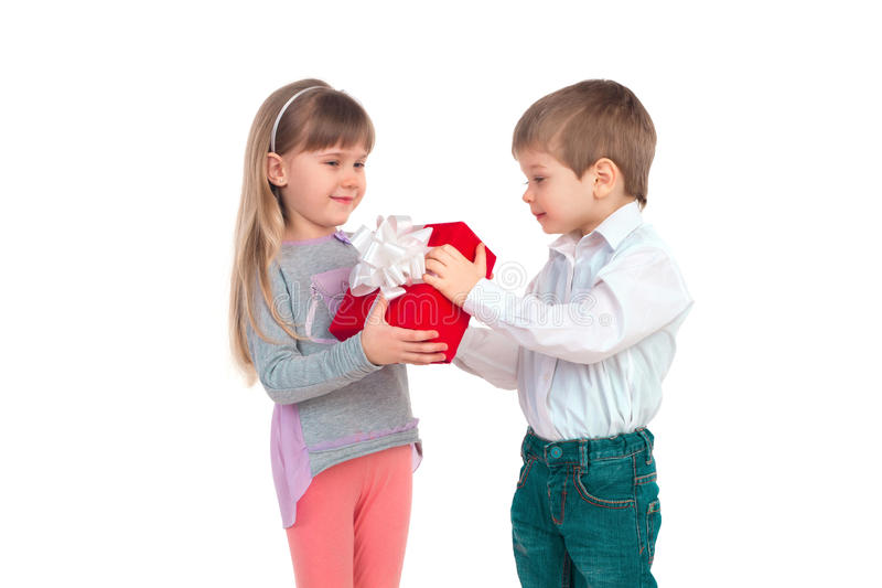 Bambini con il contenitore di regalo fotografia stock