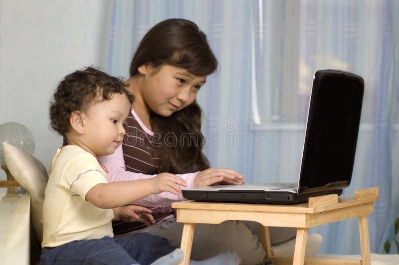 Bambini con il taccuino. immagine stock