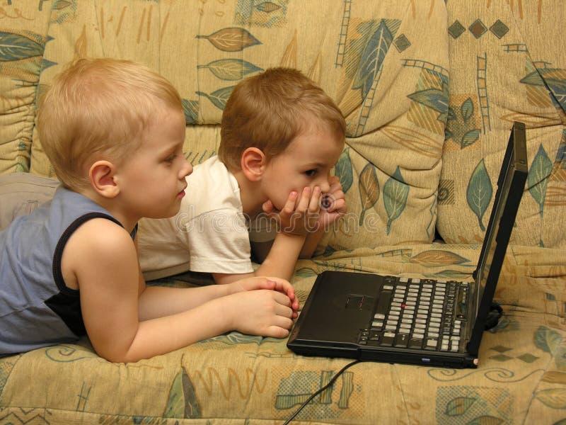 Bambini con il taccuino fotografia stock