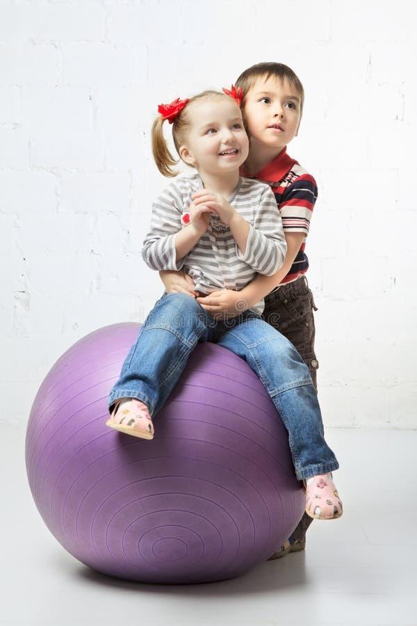Bambini con la palla fotografie stock