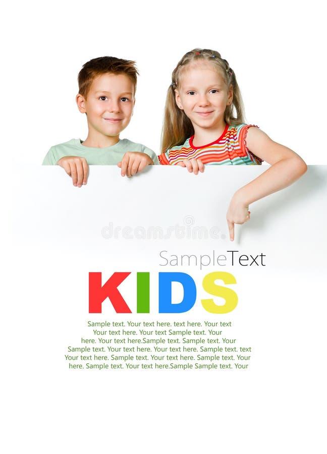 Bambini con la scheda bianca fotografia stock