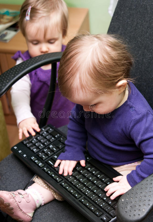 Bambini con la tastiera immagini stock libere da diritti