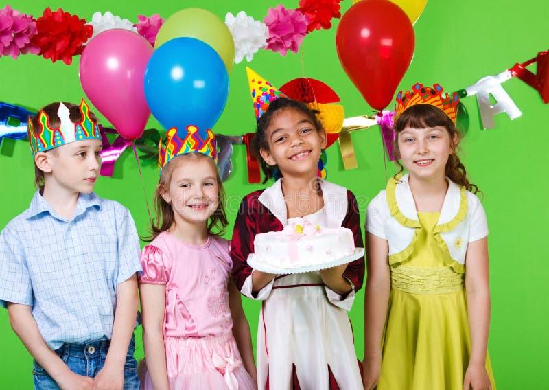 Bambini con la torta fotografie stock libere da diritti