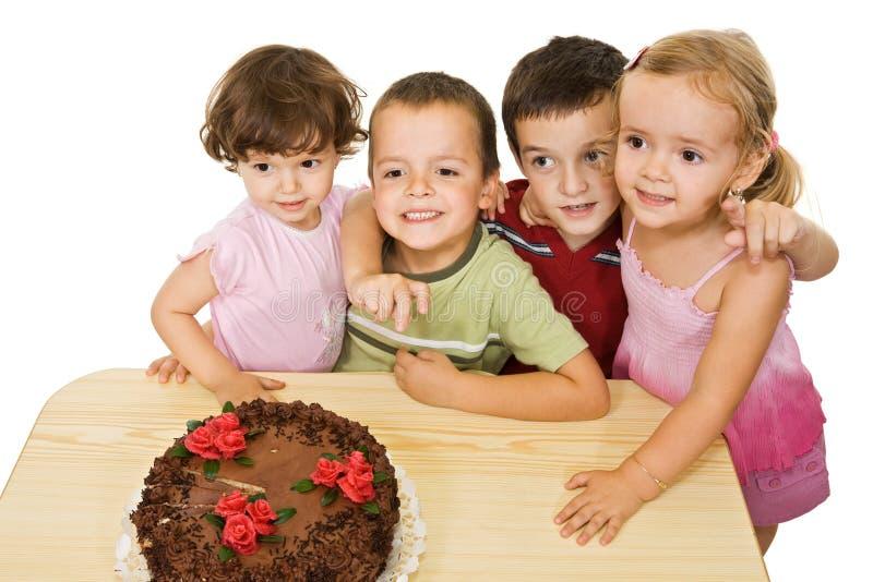 Bambini con la torta fotografia stock libera da diritti