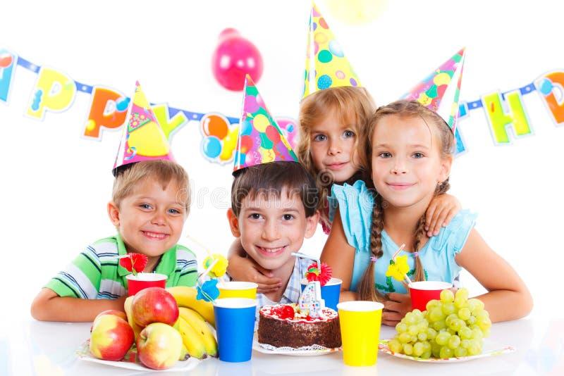 Bambini con la torta di compleanno fotografie stock