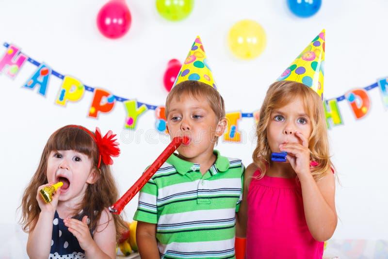 Bambini con la torta di compleanno immagini stock libere da diritti