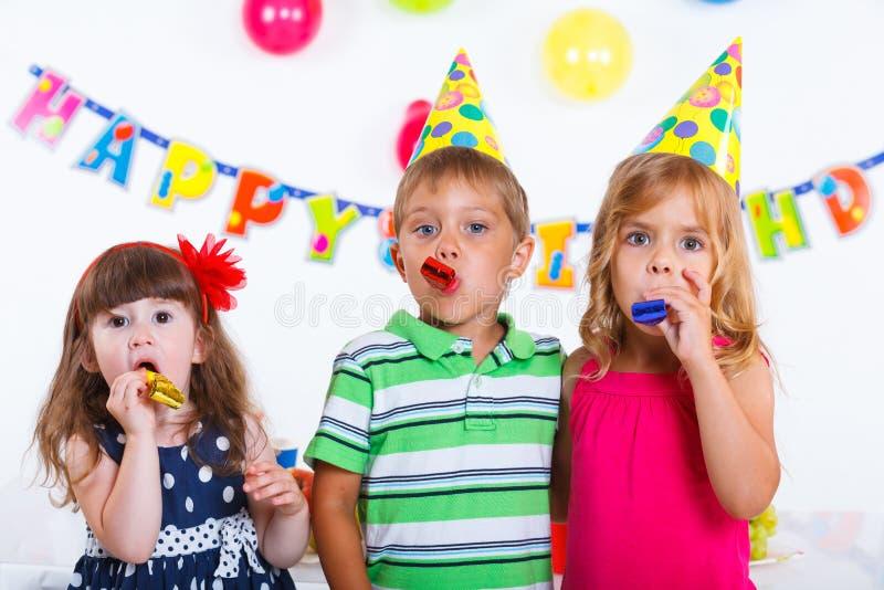 Bambini con la torta di compleanno immagini stock