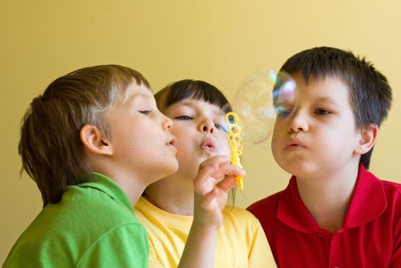 Bambini con le bolle immagini stock libere da diritti