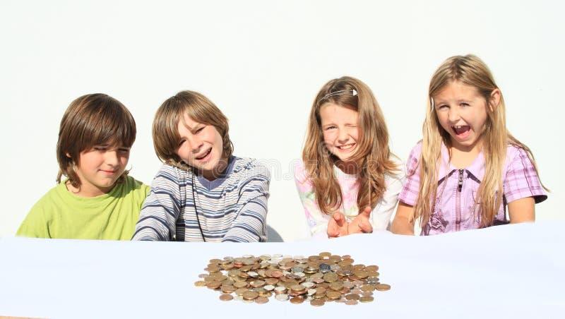 Bambini con soldi fotografia stock libera da diritti