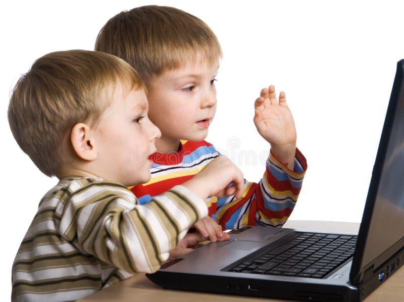 Bambini con un computer portatile fotografia stock libera da diritti