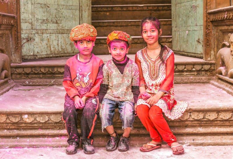 Bambini con un fronte dipinto che celebrano festival di Holi in India fotografie stock