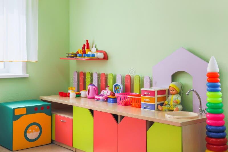 Bambini d'angolo con i giocattoli immagine stock