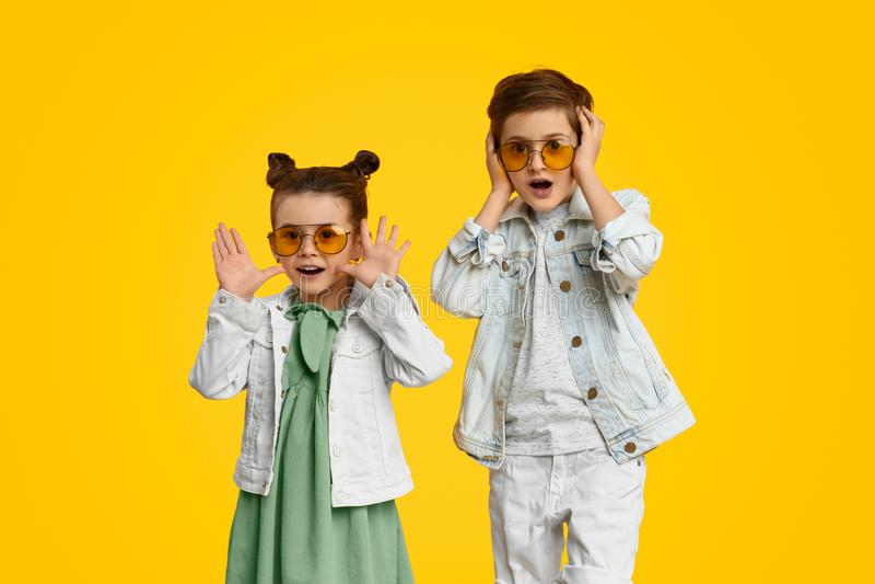 Bambini d'avanguardia colpiti che esaminano macchina fotografica fotografie stock