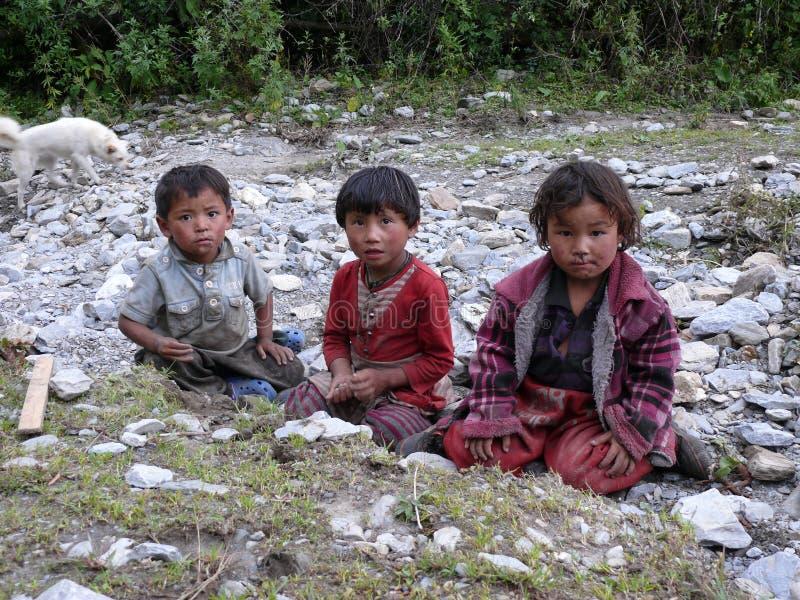 Bambini da Chhokang Paro - la valle di Tsum - il Nepal fotografia stock libera da diritti