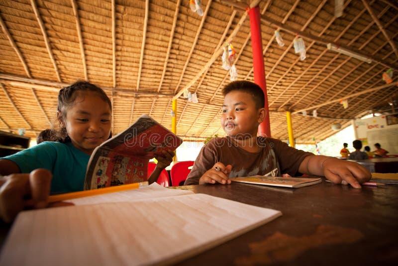 Bambini dalle zone difficili al banco immagini stock libere da diritti