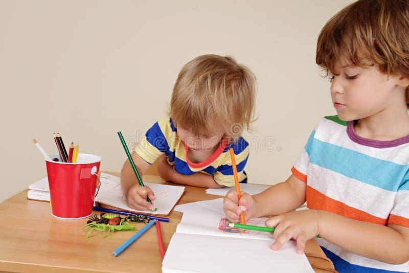 Bambini dei bambini che disegnano arte fotografia stock libera da diritti